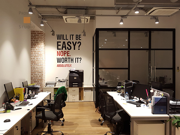 Роспись стен офиса в openspace, мотивирующий леттеринг