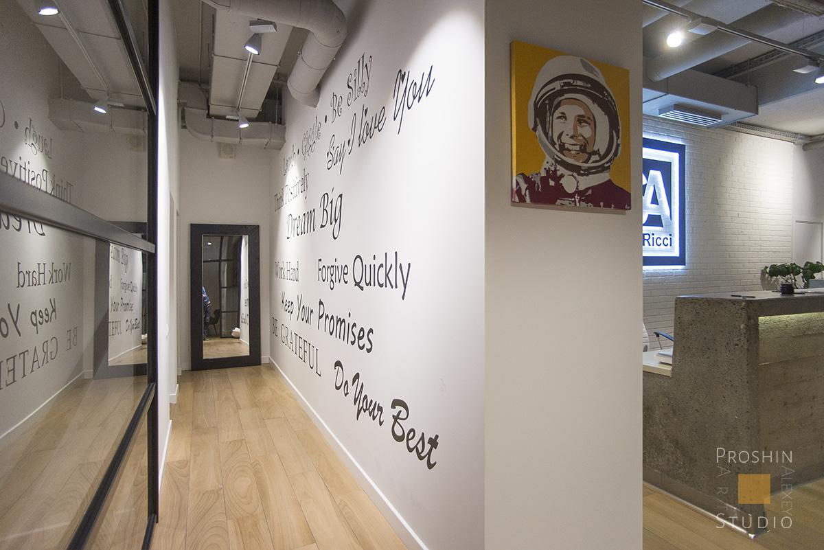 надписи на стенах офиса, траффаретная роспись стен