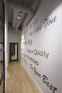 надписи на стенах офиса, граффити на стенах офиса