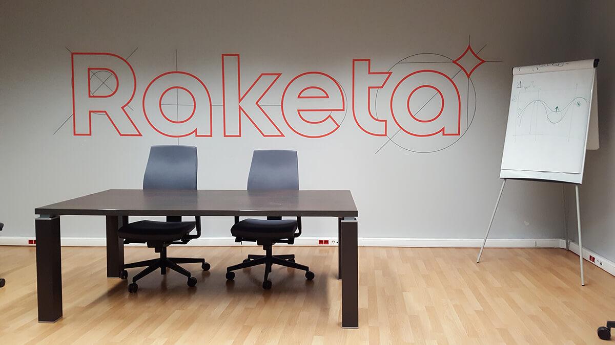 логотип_в_офисе