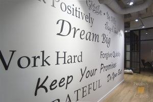 нанесение надписей на стены офиса