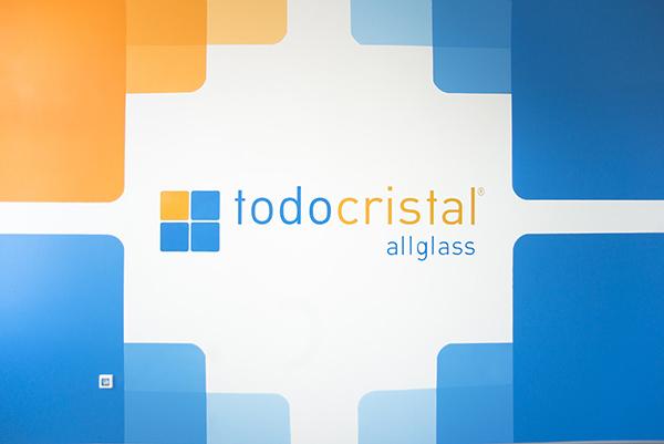 логотип на стене в офисе Todocristal